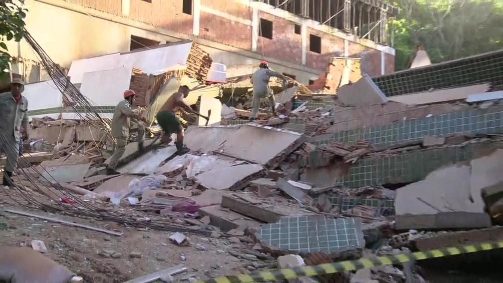Bombeiros e moradores trabalham juntos no resgate de vítimas de prédios que desabaram na comunidade da Muzema, na Zona Oeste do Rio — Foto: Reprodução/ TV Globo