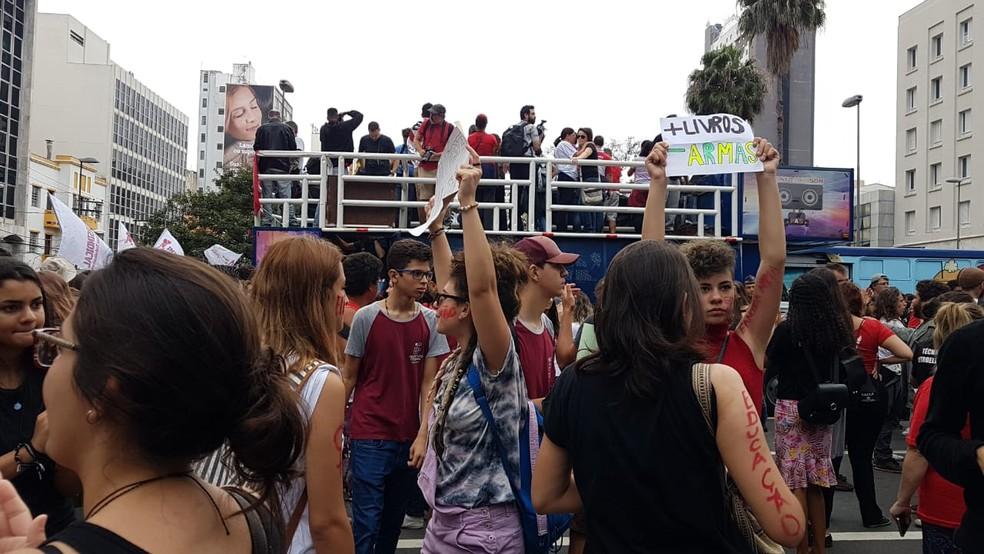 Manifestantes contra corte de verbas da Educação no Largo do Rosário em Campinas. — Foto: Luciano Calafiori/G1