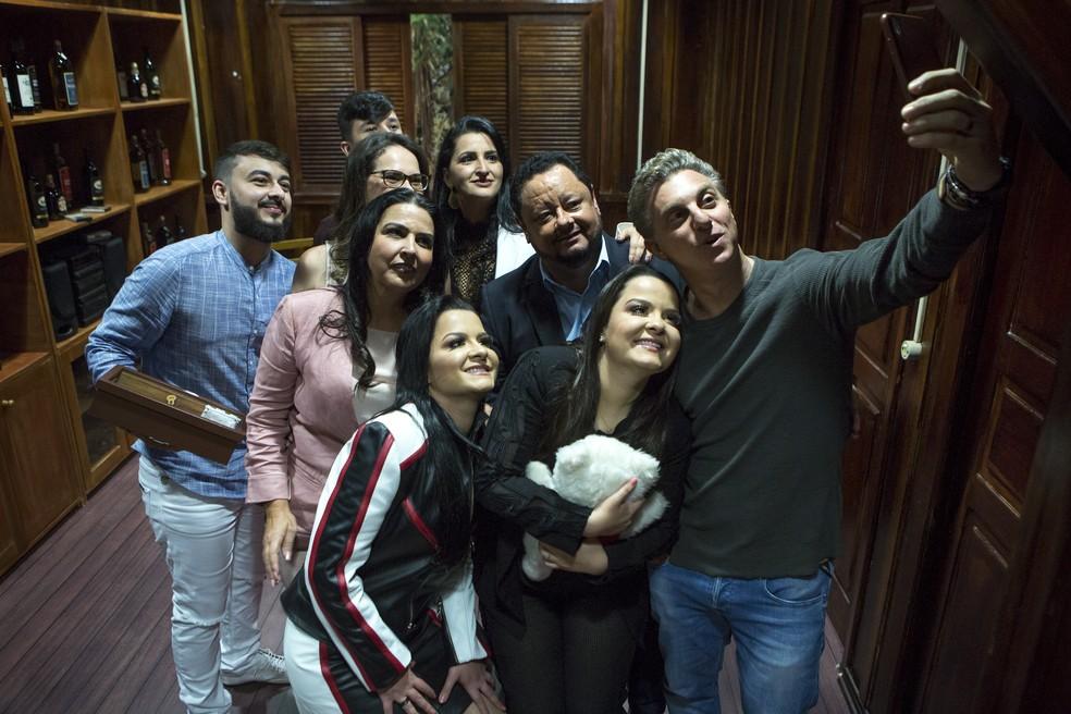Maiara & Maraísa, Luciano Huck e família das cantoras na reprodução do cantinho onde viveram, em Juruena, no Mato Grosso — Foto: Isabella Pinheiro/Gshow
