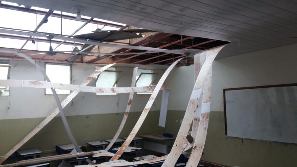Escola em Bandeirantes (MS) teve parte do tero destruído após vendaval. — Foto: Vilma Penze