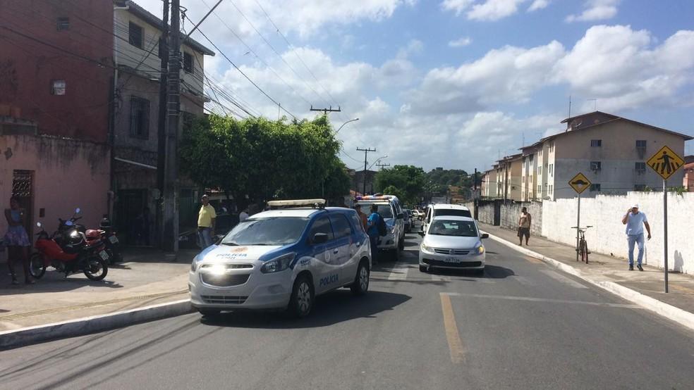 Policiais militares socorrem a vítima para Hospital Geral de Camaçari — Foto: Giana Matiazzi/TV Bahia