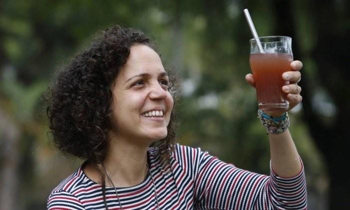 Priscilla mostra sua cocriação, o canudo eco reutilizável (Foto: Reprodução/Agência O Globo)