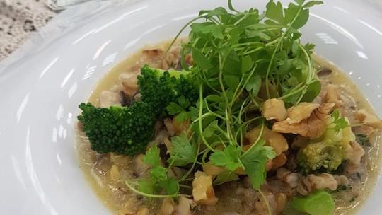 Orzotto de Shitake com Brócolis e Nozes Crocante (Risoto de Cevadinha)