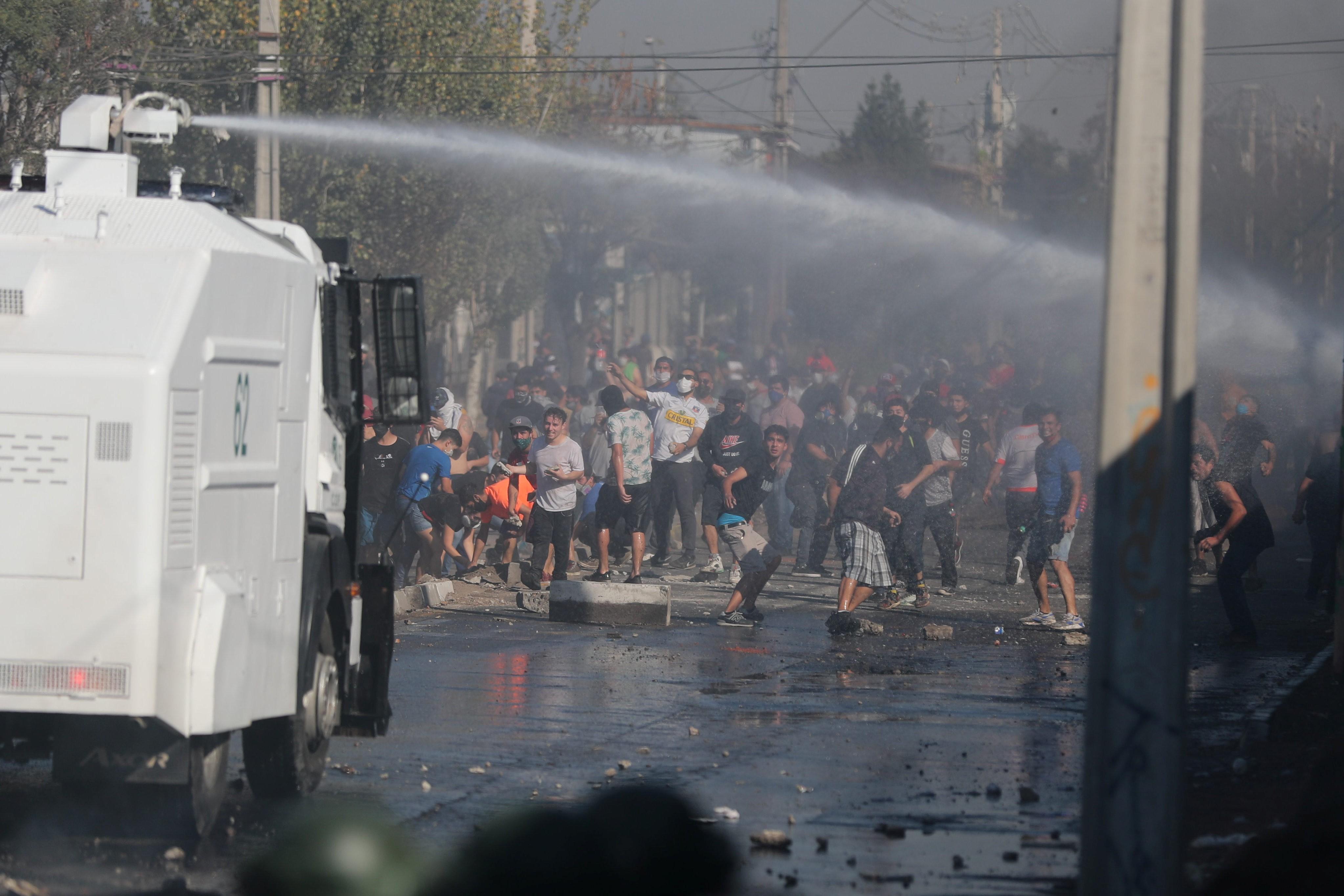 Policiais do Chile e manifestantes entram em confronto em Santiago; bairro enfrenta escassez de alimentos