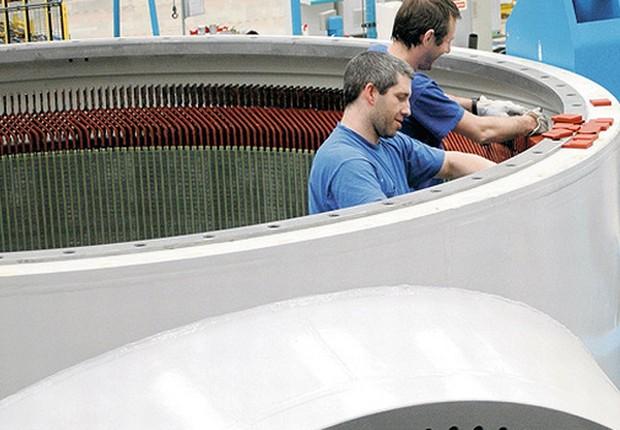 Funcionários da WEG trabalham na produção de turbinas eólicas na fábrica da companhia, em Santa Catarina (Foto: Divulgação)