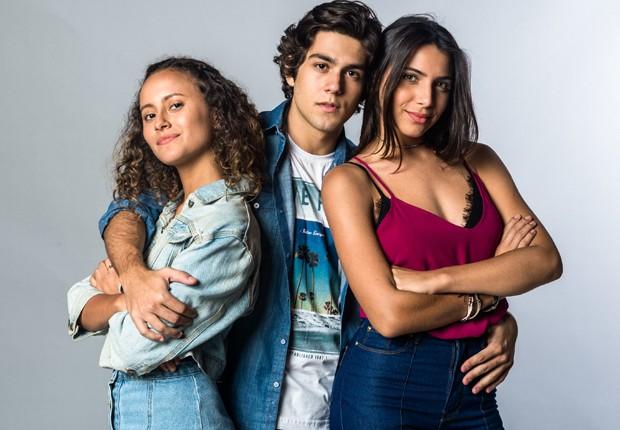Alex (Daniel Rangel) ficará incomodado com Maria Alice (Alice Milagres) por atrapalhar namoro dele com Pérola (Rayssa Bratilier) (Foto: Divulgação/TV Globo)