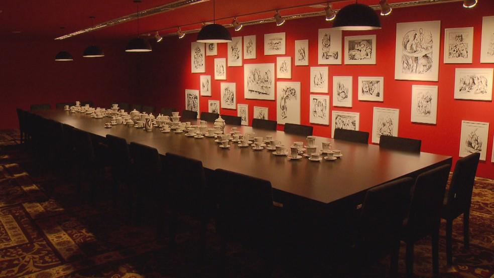 Um dos ambientes da mostra 'Eu leitor' remonta o café da manhã de 'Alice no país das maravilhas' (Foto: TV Globo/Reprodução)