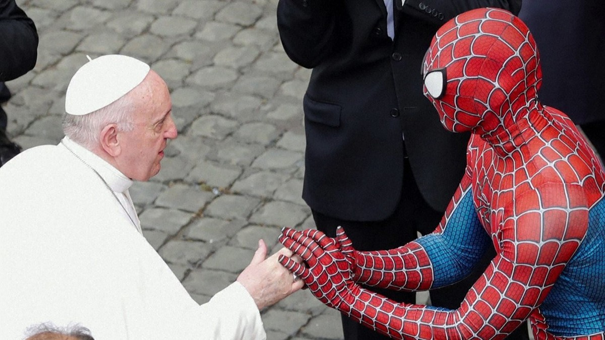 'Homem-Aranha' participa de audiência com o papa no Vaticano; veja vídeo