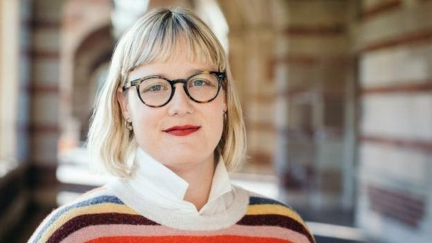 Sarah Roberts acredita que os governos podem ter que forçar os editores online a limpar suas ações (Foto: STELLA KALININA/BBC)