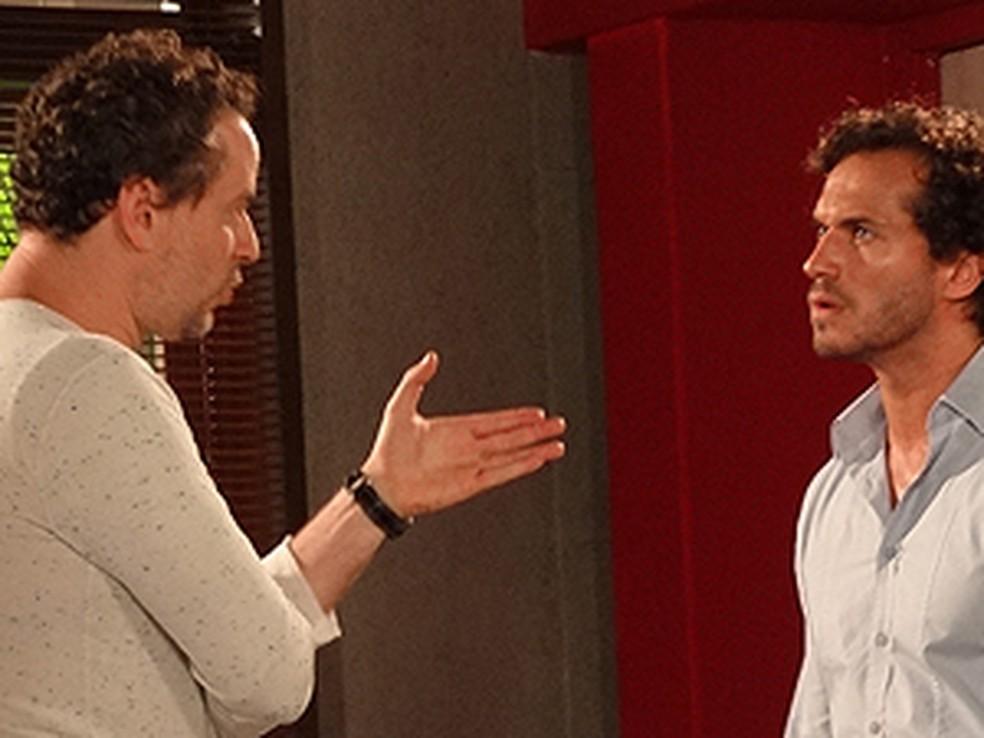 Paulo e Guaracy fazem pacto após briga por causa de Esther em 'Fina Estampa' — Foto: Globo