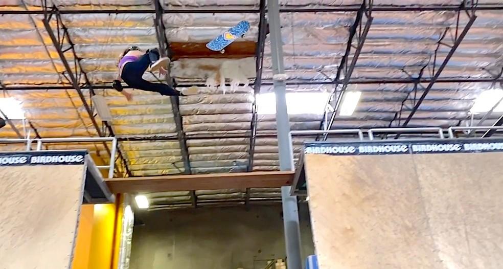 Sky Brown deixa espacar skate dos pés enquanto tentava manobra no halfpipe — Foto: Reprodução