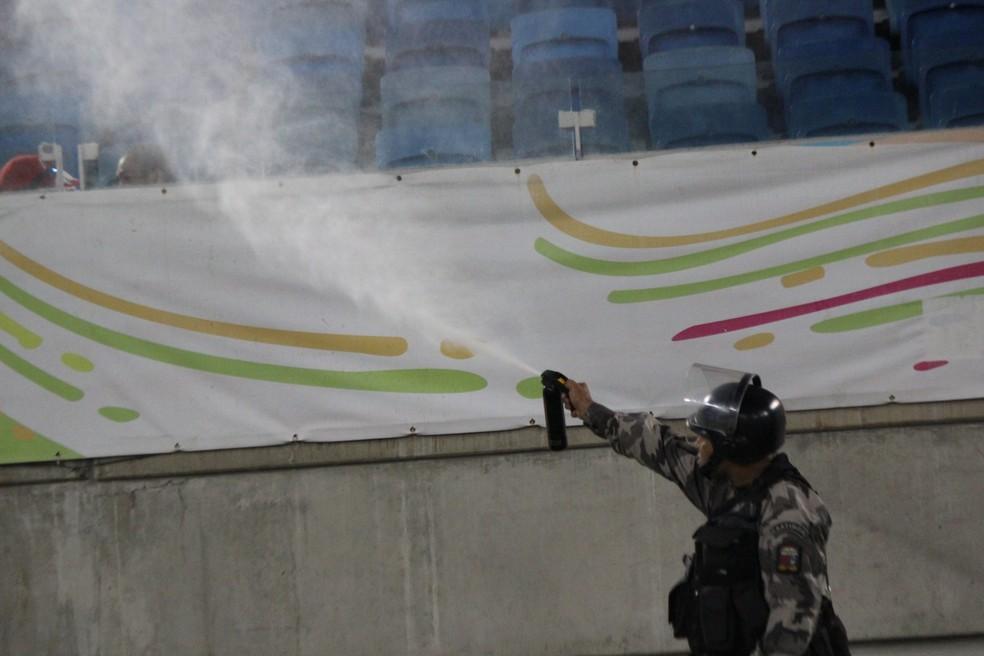 Policial usa gás de pimenta para dispensar torcedores (Foto: Diego Simonetti/Blog do Major)