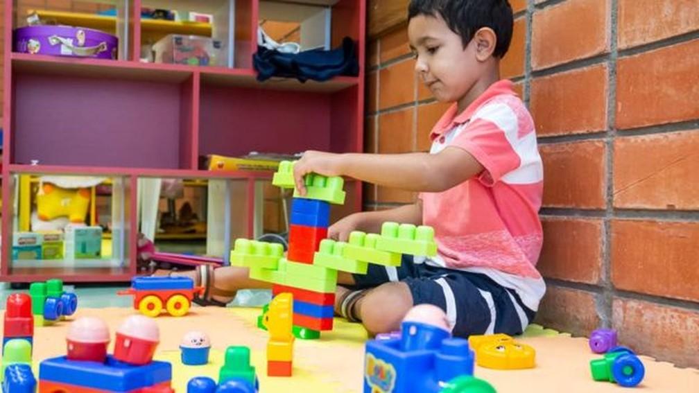 Mais estímulo na primeira infância costuma se traduzir em melhor desempenho acadêmico e autocontrole emocional — Foto: Arquivo pessoal / BBC
