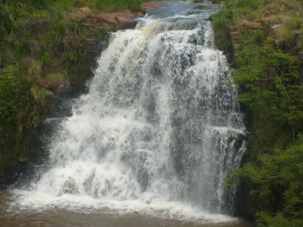 Com 12 metros de altura, a cachoeira da Pedreira está dentro da cidade de Faxinal (Foto: Divulgação/Prefeitura de Faxinal)
