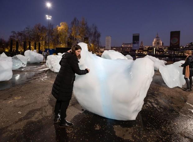 Ice Watch: A exposição temporária é interativa e ficará até seu derretimento, em Londres (Foto: Dezeen/Reprodução)