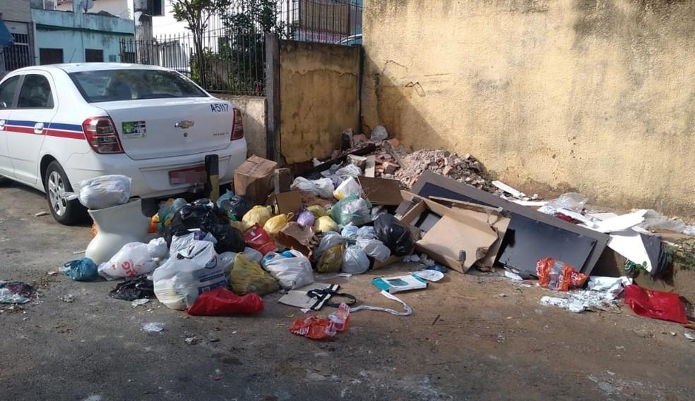 Bebê foi encontrado abandonado em meio a lixo em rua do bairro de São Caetano, em Salvador  — Foto: Rildo de Jesus/TV Bahia