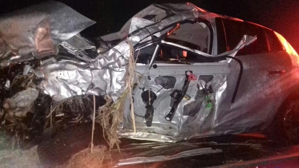O carro caiu em uma valeta e capotou diversas vezes, segundo a polícia. (Foto: Polícia Rodoviária Federal/Divulgação)