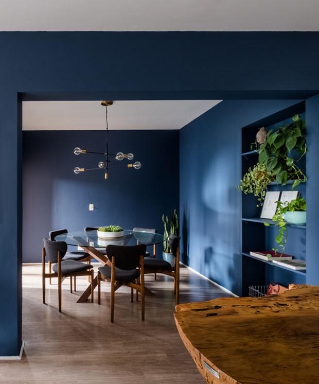 Décor do dia: sala de jantar azul profundo (Foto: Nathalie Artaxo)
