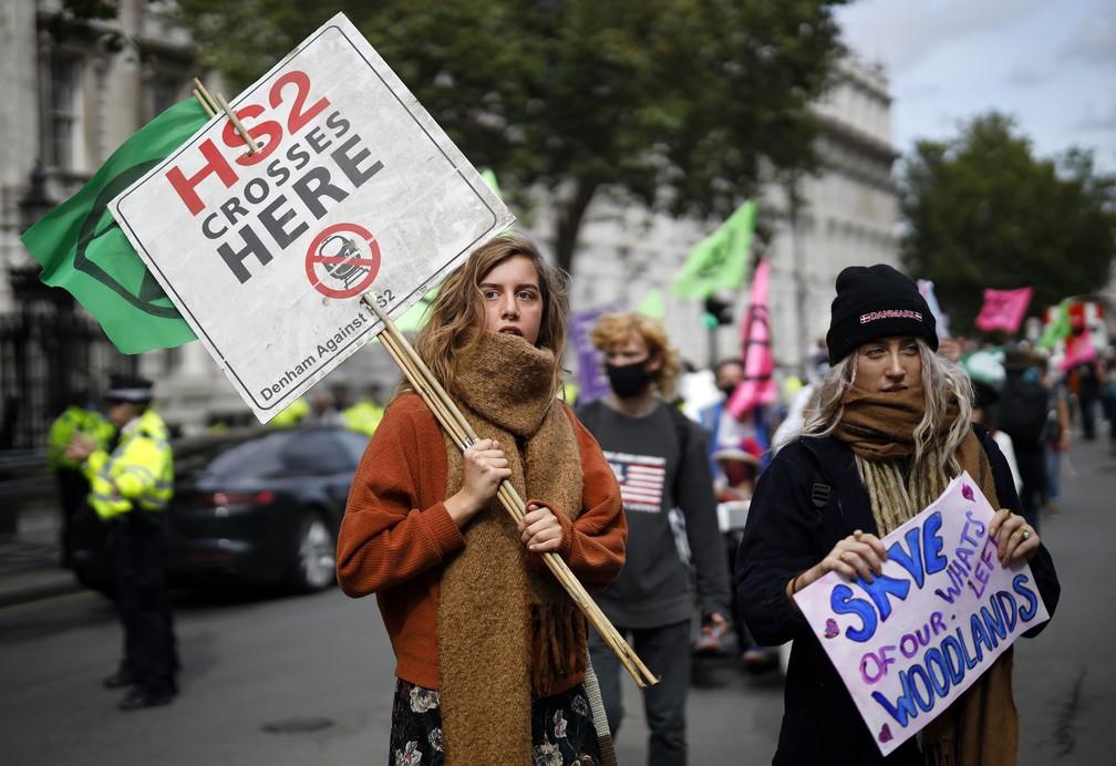 Militantes do movimento ambientalista Extinction Rebellion bloquearam as gráficas do grupo News Corp, do empresário Rupert Murdoch, alterando distribuição de jornais no Reino Unido  — Foto: Tolga Akmen / AFP