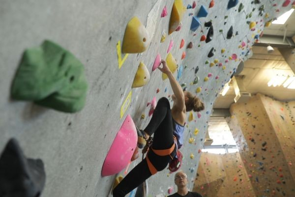 Margo Hayes treina no Centro de Fitness e Alpinismo de Boulder, no Colorado (Foto: Divulgação)