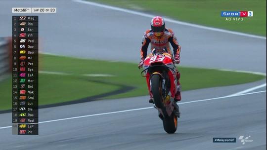 Valentino Rossi cai, e campeão Marc Márquez vence Grande Prêmio da Malásia