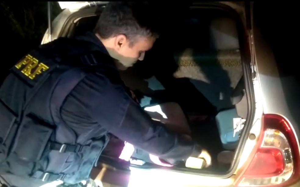 PRF encontra drogas em carro que andava pela contramão na BR-060 — Foto: Divulgação/PRF