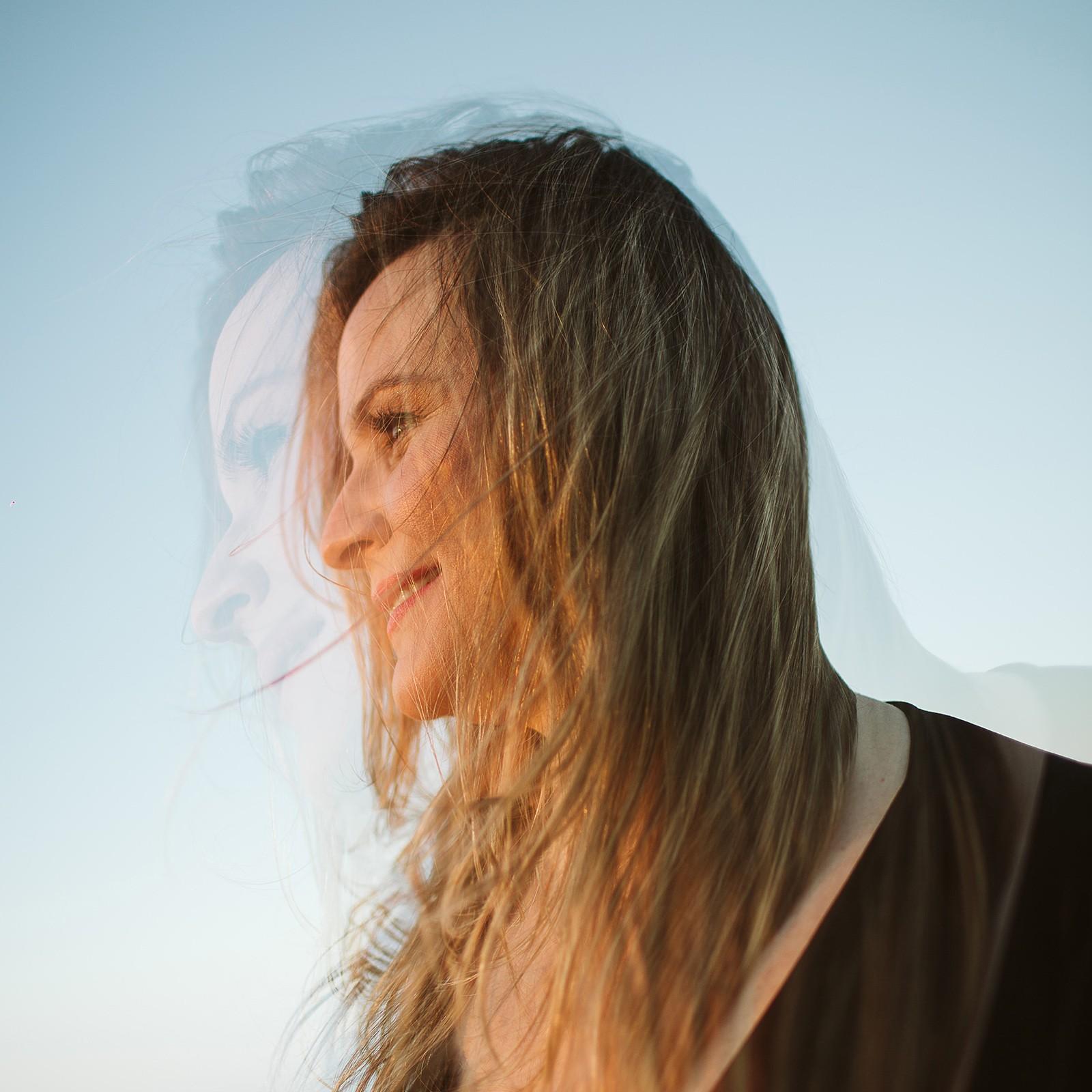 Mariana Nunes defende 'Ponto de vista' de Edu Krieger e João Cavalcanti no álbum 'Cantante'