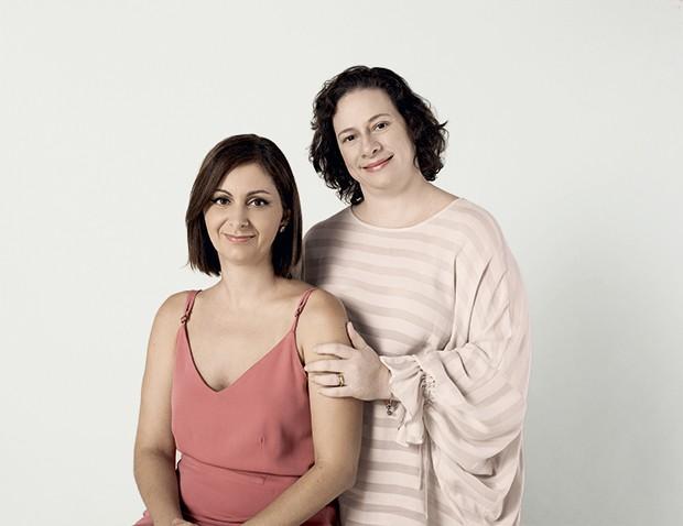 Aos 38, Renata (à dir.) gestou os gêmeos  da amiga Karina, da mesma idade. Karina usa vestido Mixed. Renata usa blusa Le Lis Blanc (Foto: João Bertholini)