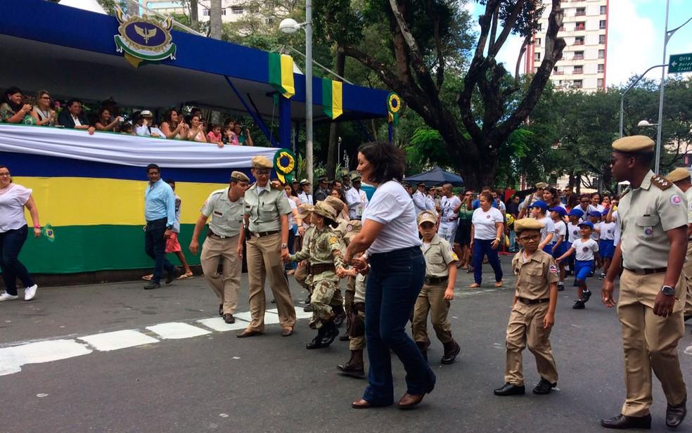 Alunos do colégio da PM desfilam no 7 de setembro (Foto: Henrique Mendes/G1)