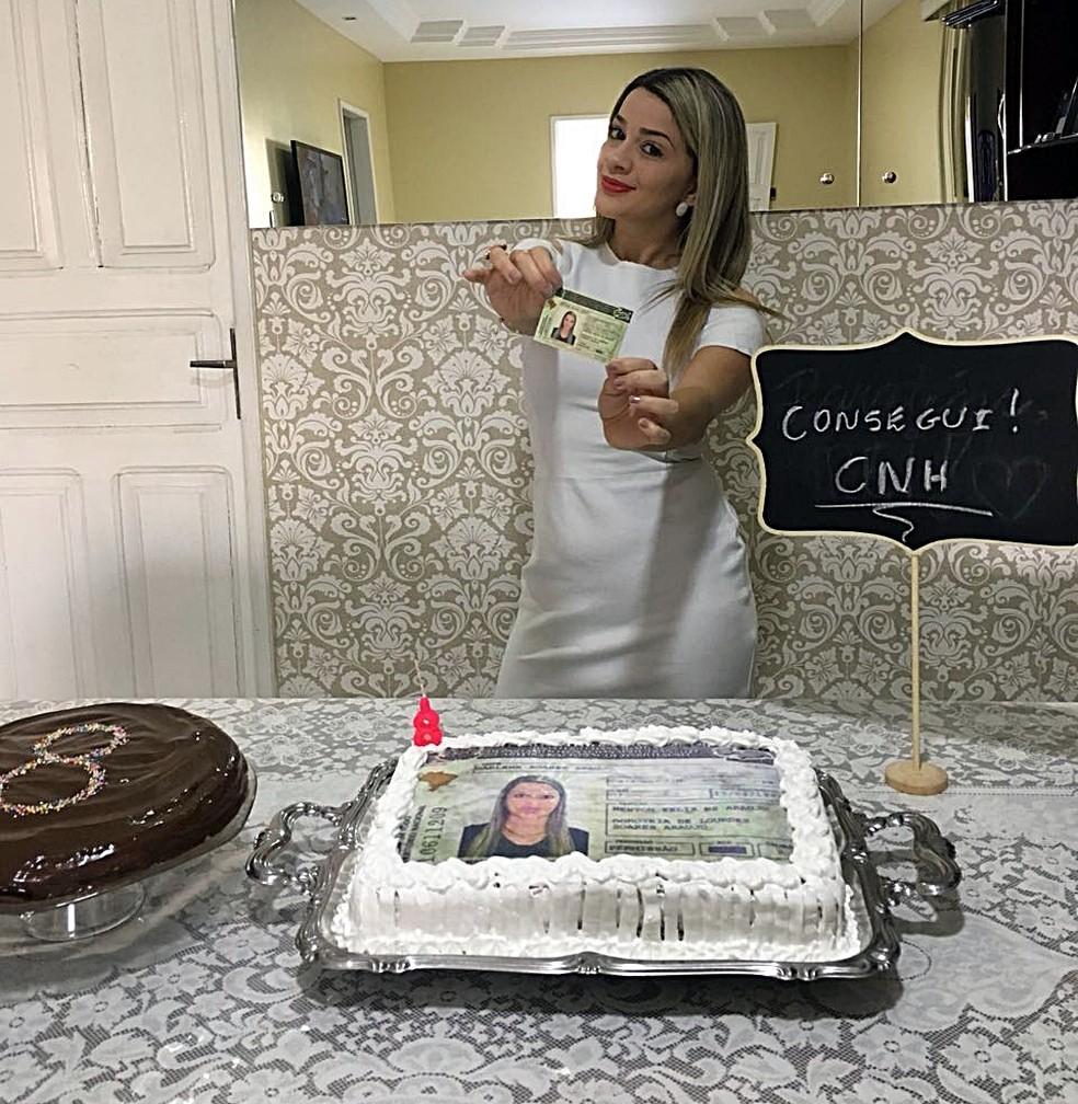 Darlene Soares foi reprovada 8 vezes na baliza de carro e fez festa com 'bolo de CNH' para comemorar quando tirou habilitação, na Paraíba (Foto: Darlene Soares/Arquivo Pessoal)