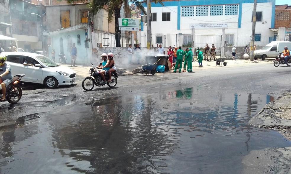 Esgoto em rua de Salvador, na Bahia; comparação entre 100 maiores cidades do país destaca as desigualdades regionais (Foto: Alberto Luciano/TV Bahia)