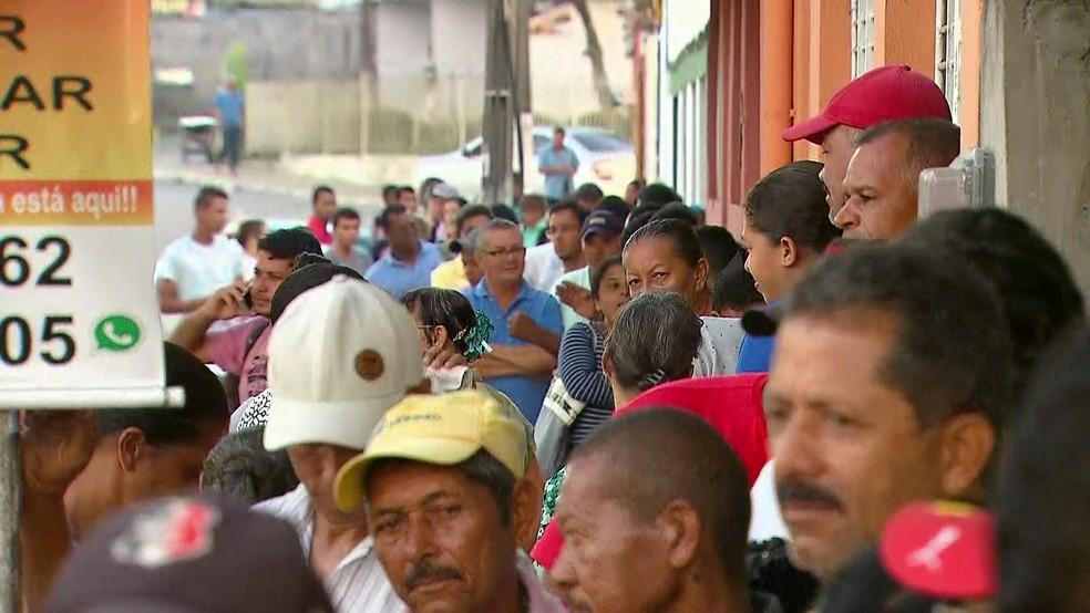 Inúmeros eleitores deixaram para o último dia para fazer o recadastramento biométrico em São Lourenço da Mata, no Grande Recife; fila começou ainda na madrugada (Foto: Reprodução/TV Globo)