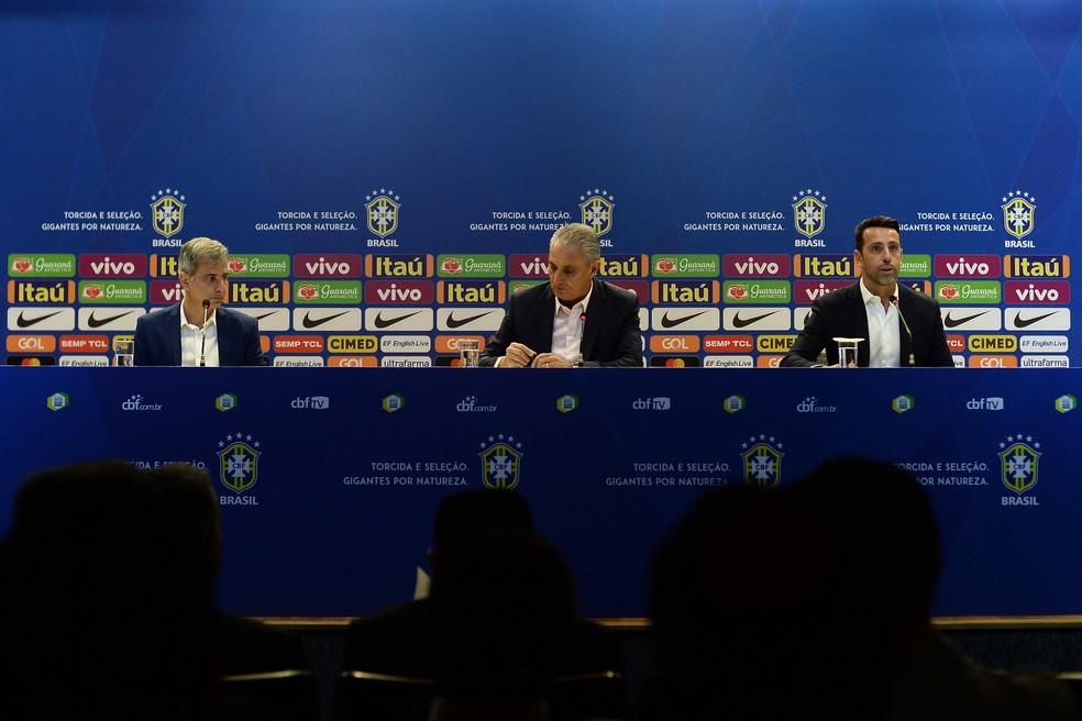 Tite entre Fábio Mahseredjian e Edu Gaspar na coletiva da Seleção — Foto: André Mourão / MoWA Press