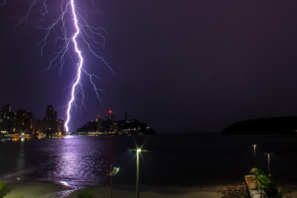 Bruno Ogata fez fotografia no instante da queda de um raio no litoral de São Vicente, em São Paulo — Foto: Bruno Ogata/Inpe