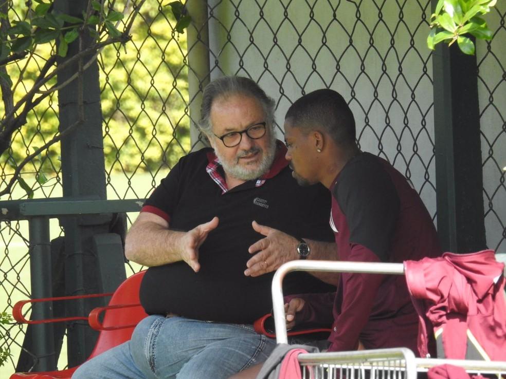 Maicosuel em conversa com médico Auro Ayel no treino do São Paulo (Foto: Marcelo Hazan)