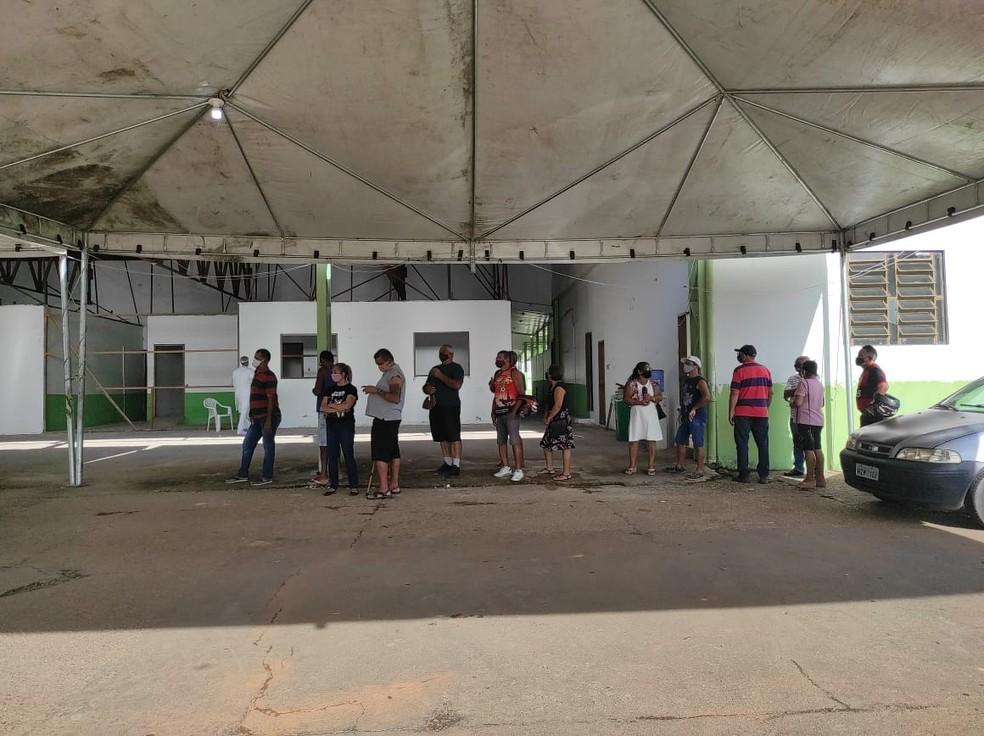 Fila para tomar primeira dose da vacina é grande neste sábado (17) — Foto: Quésia Melo/Rede Amazônica Acre