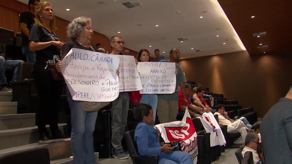 Servidores levaram cartazes para Alepe e protestaram contra a reforma da Previdência estadual — Foto: Reprodução/TV Globo