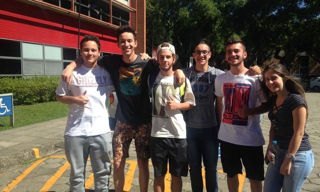 Candidatos deixam o segundo dia de provas do Enem em Curitiba