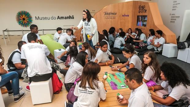 """Alunos participam do jogo """"Se Vira"""" em que lidam com situações hipotéticas para exercitar o empreendedorismo (Foto: Marco Sobral/G.Lab)"""