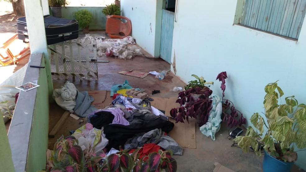 Na varanda da casa em Alagoas onde morreram suspeitos de assalto a banco, roupas e sangue no chão â?? Foto: Janisson Umbelino/TV Gazeta