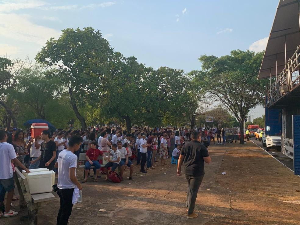 Fiéis começam a chegar na praça do Bosque para dar início à Marcha para Jesus — Foto: Lucas Machado/TV Anhanguera