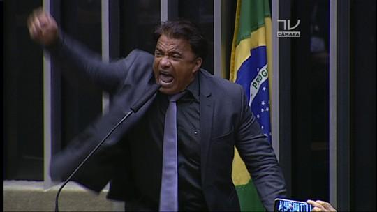 Fala de deputado que tatuou nome de Temer no ombro tumultua o plenário