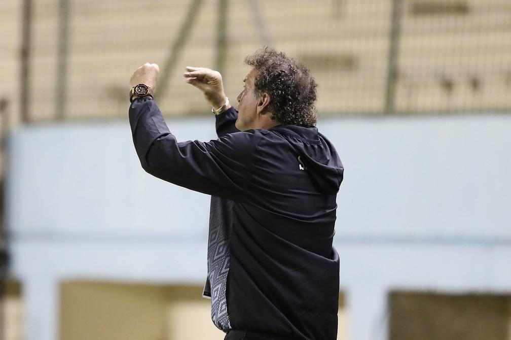 Cuca fala com seus jogadores contra o Delfín — Foto: Staff Images / CONMEBOL