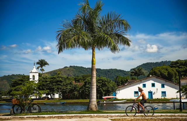 PARATY, BRAZIL - MARCH 14:  A man bikes past the historic center of town on March 14, 2014 in Paraty, Brazil. Paraty was built as a Portuguese colonial town shortly after Portugal colonized Brazil in 1500. Paraty flourished during the 18th-century as the  (Foto: Getty Images)