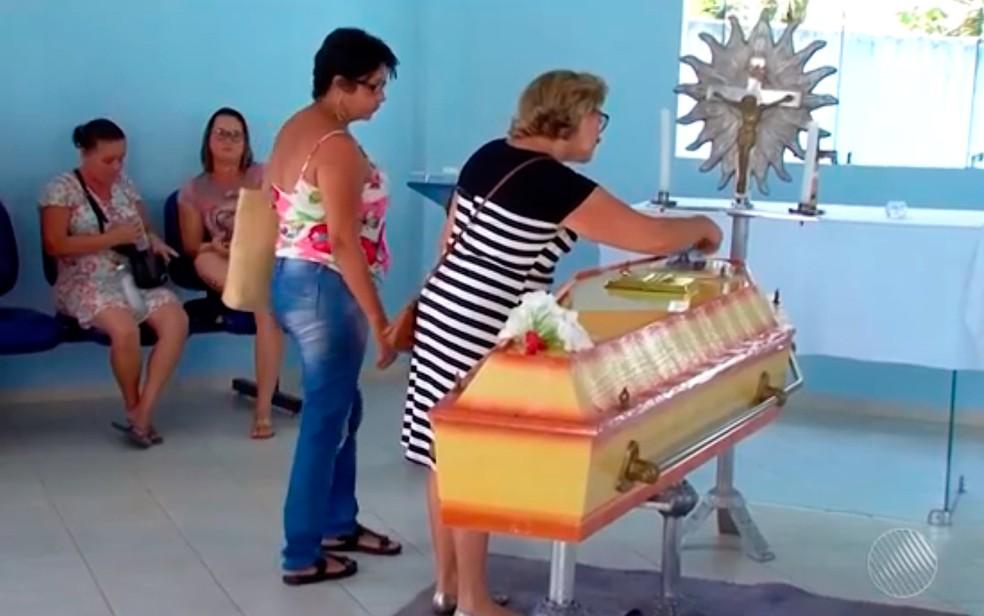 Mulher foi enterrada na segunda-feira (22) em Itamaraju, no sul da Bahia (Foto: Reprodução/TV Santa Cruz)