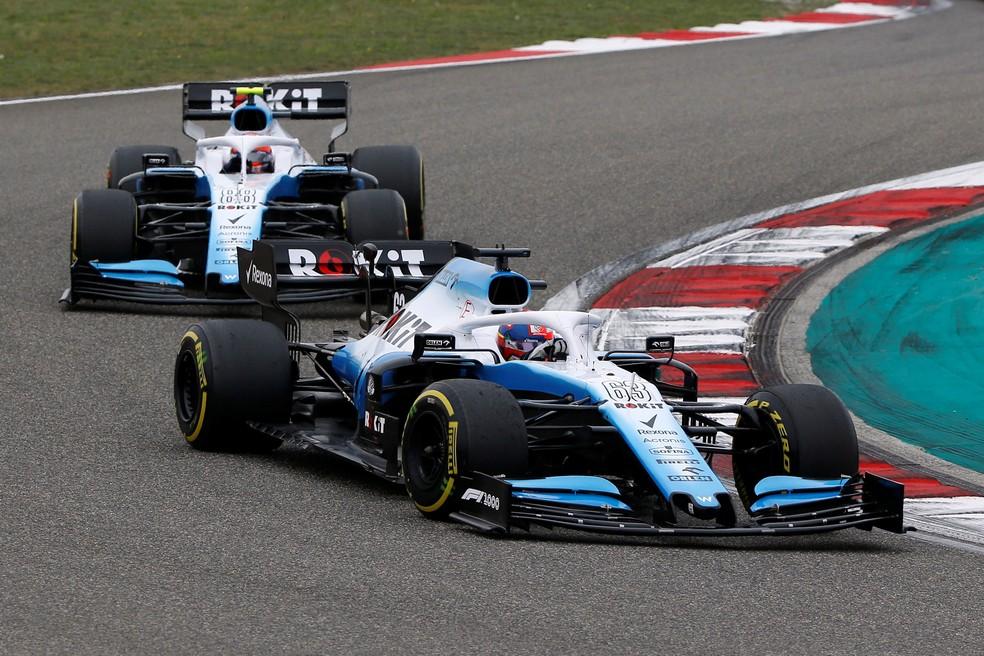 Dupla da Williams pouco pode fazer na pista com o fraco FW42 — Foto: Reuters