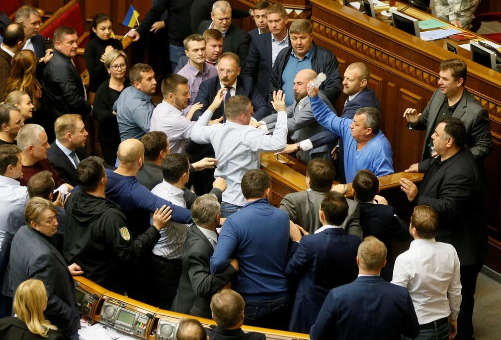 Políticos brigam durante uma sessão do parlamento em Kiev, na Ucrânia, para debate e votação sobre um projeto de lei para garantir a soberania do estado da Ucrânia em todas as regiões rebeldes das regiões de Donetsk e Luhansk (Foto: Valentyn Ogirenko/Reuters)