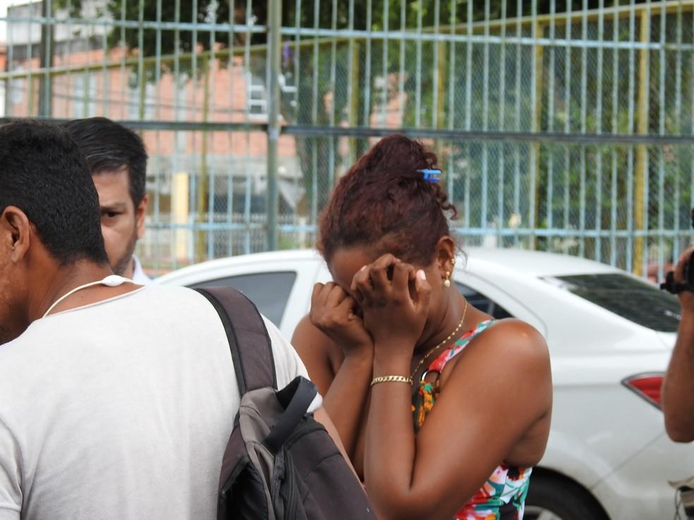 Mãe saiu desesperada da delegacia ao saber que padrasto confessou crime (Foto: Adneison Severiano/G1 AM)