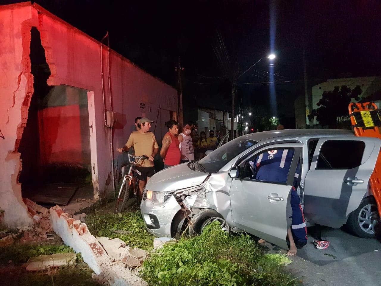 Carro colide em muro de residência após motorista ser baleado em Fortaleza