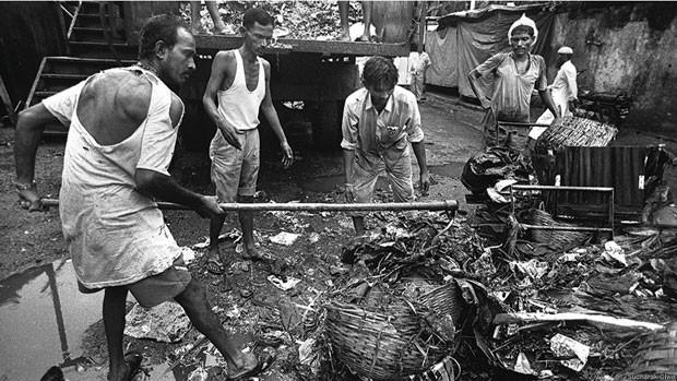 O material que esses trabalhadores removem inclui carcaças de animais, restos de comida, fios de aço, lixo hospitalar, pedaços pontiagudos de vigas de madeira, pedras, vidro quebrado e até lâminas (Foto: Sudharak Olwe)
